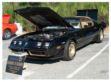 """Pontiac Firebird Trans Am (1982) - specjalnie pomalowane na czarno-złoty kolor Firebird'y nazywano również """"Macho Trans Am'ami"""""""
